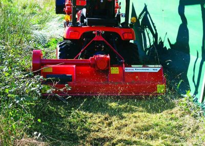 Mounted close to the tractor this allows access to tight areas