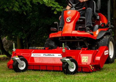 Front castor wheels allows the mower to follow the ground contour independently from the tractor